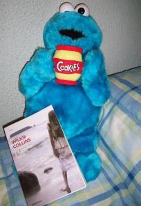 """El monstruo de las galletas sostiene """"La piedra lunar"""""""