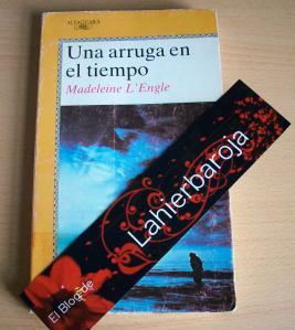 El libro junto al marcapáginas de Lahierbaroja