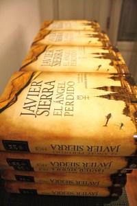 """Ejemplares de """"El ángel perdido"""", de Javier Sierra."""
